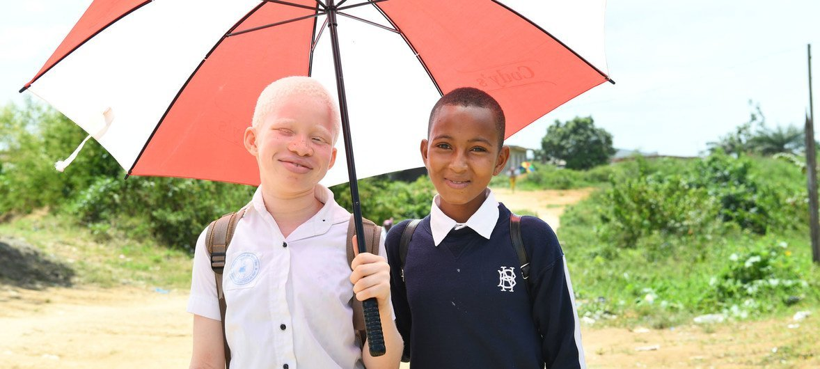 A falta de melanina faz com que os albinos sejam muito suscetíveis de desenvolver cancro de pele.
