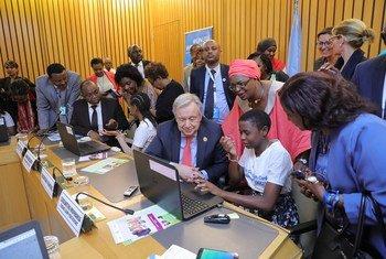 En Ethiopie, le Secrétaire général de l'ONU, António Guterres, participe à un événement sur les filles et le codage numérique organisé par ONU Femmes.