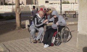 Os refugiados sírios Wafika e Taha viveram a maior parte de suas vidas dentro de casa, sem falar com outras pessoas