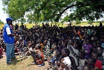人道主义工作者在向南苏丹的流离失所者做宣讲。