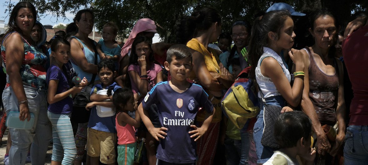 Venezuelanos atravessam fronteira para Colômbia