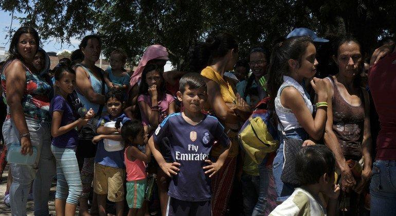 Venezolanos intentando cruzar a Colombia a pie