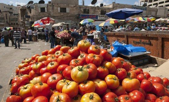 被占领土拉马拉一个大清真寺附近的农贸市场。
