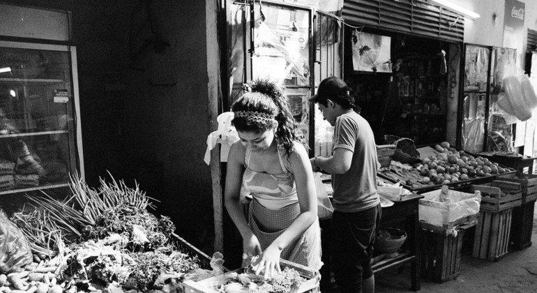 Mujeres comprando en un mercado de Asunción, Paraguay