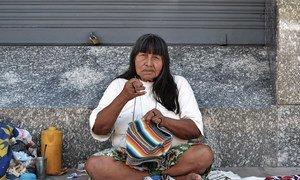 Una mujer guaraní teje en las calles de Asunción, Paraguay