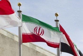Флаг Ирана возле здания штаб-квартиры ООН в Нью-Йорке
