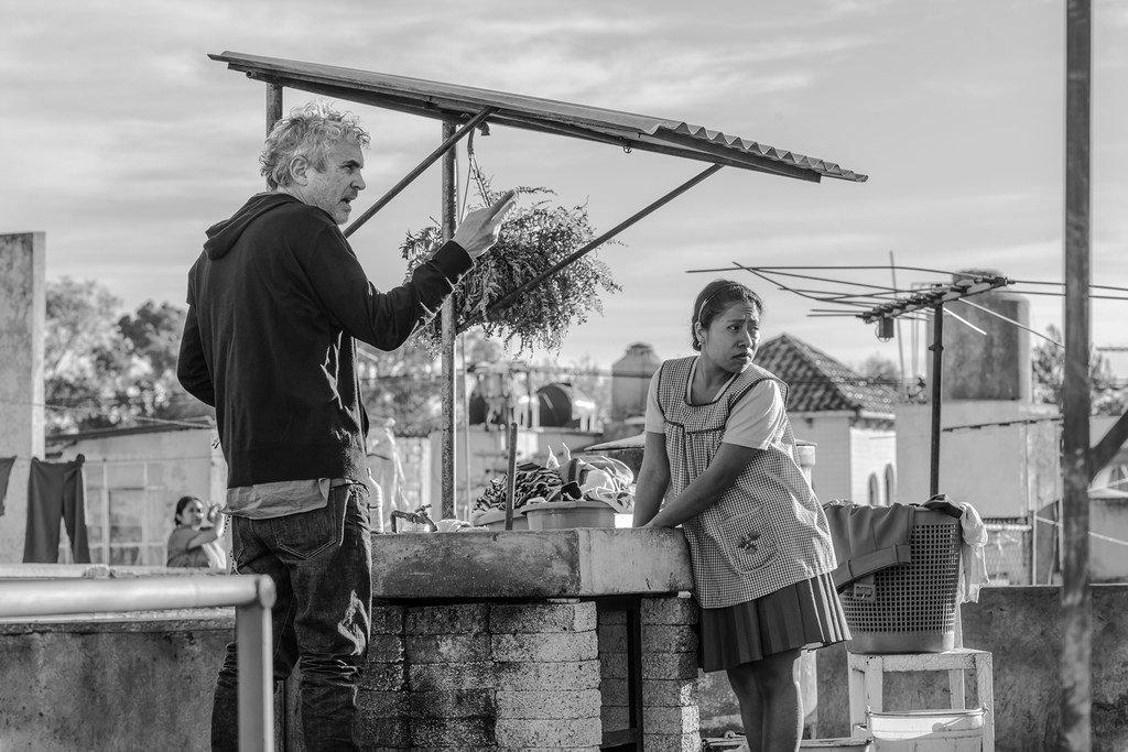 Le réalisateur Alfonso Cuarón et l'actrice Yalitza Aparicio lors du tournage d'une scène du film Roma