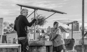 Alfonso Cuarón y Yalitza Aparicio durante la filmación de la película Roma