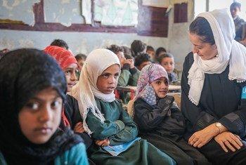 La representante de UNICEF en Yemen, Meritxell Relaño, habla con unas estudiantes en Saná, Yemen.
