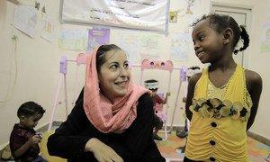Meritxell Relaño, representante de UNICEF en Yemen, habla con una niña en la zona infantil del hospital de Alqatee'a en Adén.
