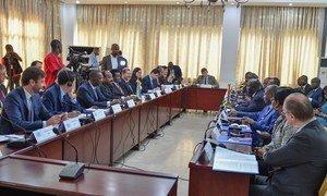 在科特迪瓦阿比让,赤道几内亚驻联合国大使Anatolio Ndong Mba、安理会主席和访问科特迪瓦代表团团长(左中),与科特迪瓦外交部长Marcel Amon-Tanoh率领的一个部长代表团举行会晤。