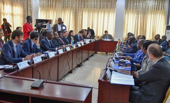 A Abidjan, en Côte d'Ivoire, rencontre entre une délégation du Conseil de sécurité (à droite) et le Ministre ivoirien des affaires étrangères, Marcel Amon Tanoh