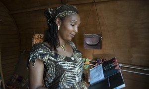 Mmoja wa wakufunzi katika asasi ya kiraia ya IDP Goods.