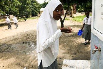Une jeune fille d'une école à Bagamoyo, en Tanzanie, où l'eau était salée avant la mise en oeuvre d'un projet de collecte d'eau de pluie.