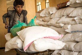 Shirika la chakula duniani linasambaza mgao wa chakula kwa watu walio na mahitaji nchini Yemen.