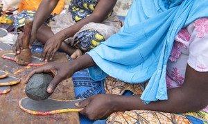Raia wa Cameroon walioathiriwa na mashambulio ya Boko Haram sasa wamefundishwa kutengeneza makubazi na bidhaa nyingine zitokanazo na ngozi ili angalau wapate kipato.