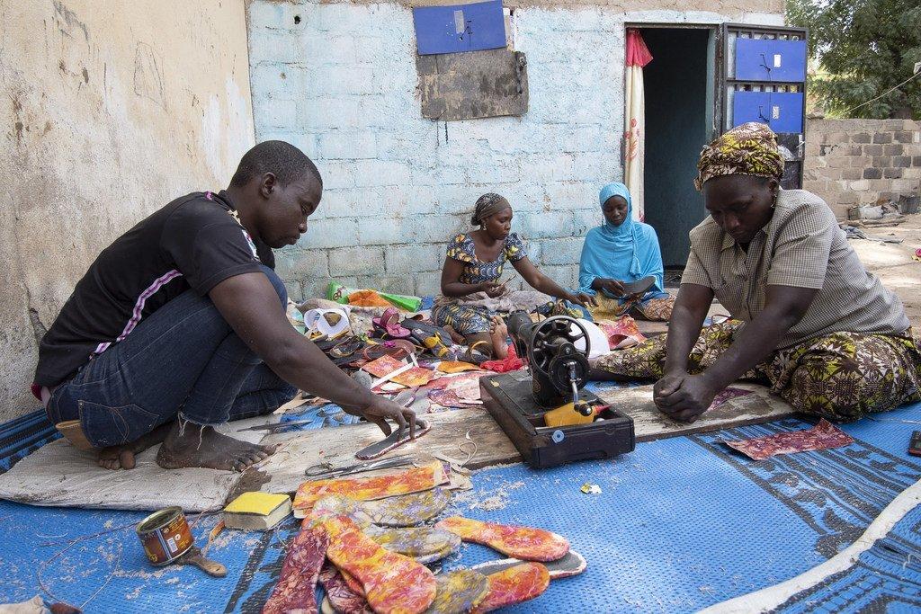 Des Camerounais déplacés par des attaques de Boko Haram ont été formés à la fabrication d'articles en cuir afin de générer des revenus. (Janvier 2019)