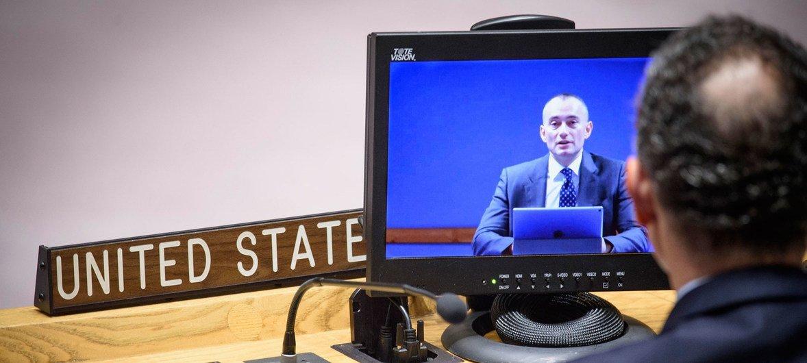 Nickolay Mladenov (à l'écran), Coordonnateur spécial de l'ONU pour le processus de paix au Moyen-Orient, informe le Conseil de sécurité des Nations Unies.