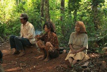 """""""Para los pueblos indígenas, sus tierras representan su hogar, cultura y comunidad"""". Unos indígenas guaraníes de la comunidad Mbya, en Paraguay"""