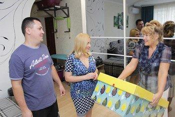 Тысячи семей на Украине получили наборы для новорожденных детей