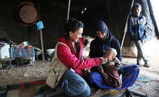 مروة عوض(يسار) المتحدثة باسم مكتب برنامج الأغذية العالمي في سوريا في مخيم الركبان الذي زارته برفقة القافلة الإنسانية التي سيرتها الأمم المتحدة إلى المخيم والتي وصفت بالأكبر في تاريخ عمل المنظمة الدولية في سوريا.