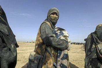许多叙利亚家庭为躲避战火被迫逃离代尔祖尔省,艰辛跋涉300公里前往北部的阿尔霍尔境内流离失所者营地。