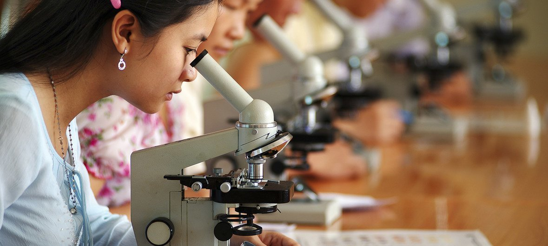 فتيات يدرسن العلوم في فيتنام. رغم أن عددا أكبر من الفتيات حول العالم صرن يلتحقن بالمدارس ، إلا أنهم غير ممثلات بشكل كاف في مواضيع العلوم والتكنولوجيا والهندسة والرياضيات.