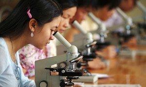 Des filles étudiant les sciences au Viet Nam.