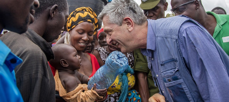 El Alto Comisionado de la ONU para los Refugiados, Filippo Grandi, habla con una mujer y su bebé durante su visita oficial al campo de refugiados de Nyarugusu en el Distrito de Kasulu, al oeste de Tanzania, el 7 de febrero de 2019.