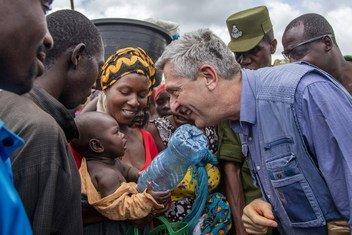 Filippo Grandi, Haut-Commissaire de l'ONU pour les réfugiés, s'entretient avec une femme et son bébé lors de sa visite au camp de réfugiés de Nyarugusu dans le district de Kasulu, dans l'ouest de la Tanzanie, le 7 février 2019.