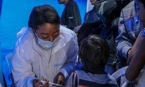 Девятилетний Джозеф со своей мамой пришел получать прививку в медпункте ЮНИСЕФ в Колумбии. Медпункт открыт для оказания помощи беженцам из Венесуэлы.