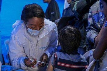 José David Dominguez, 9 ans, est accompagné de sa mère, Yenni Dominguez, pour se faire vacciner au point de santé de l'UNICEF à Ipiales, en Colombie. L'UNICEF a lancé une action régionale en faveur des enfants et des familles du Venezuela, ainsi que des e