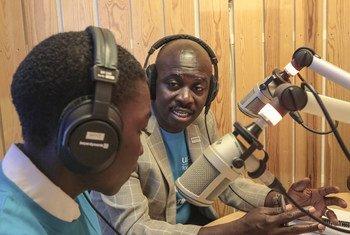 Mwanahabari wa Redio Miraya Sudan Kusini akizungumza na mtoto