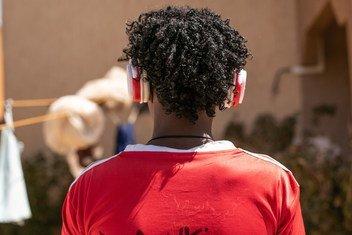 هذا الصبي ذو الـ16 عاما من اريتريا يعتبر الموسيقى  واحدة من أعظم اهتماماته، ويحب الاستماع إلى الأغاني التقليدية الإريترية بسماعات الرأس.