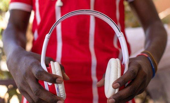 Mebratu encontrou este fones na sua viagem da Eritreia para o Níger