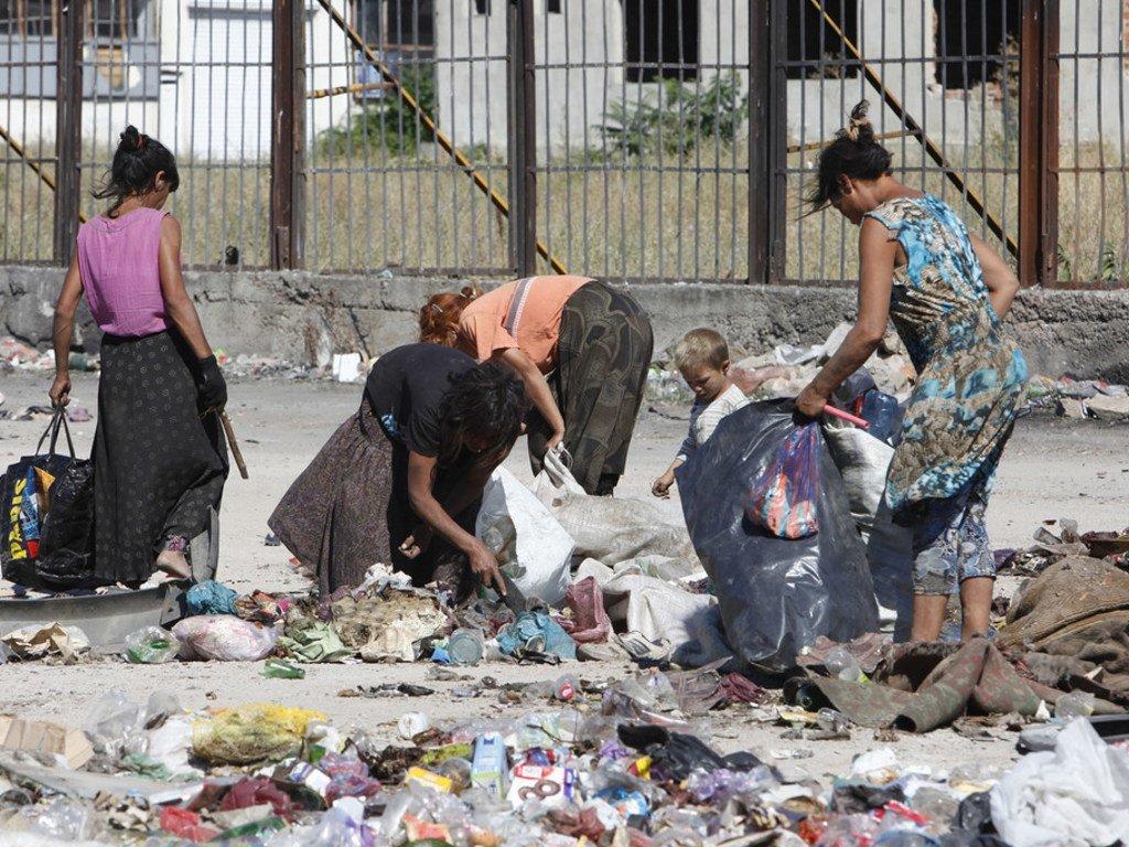 罗姆妇女和儿童正在保加利亚的一处垃圾处理场捡垃圾。