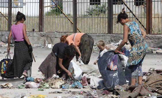 罗姆儿童和成年人正在保加利亚的一处垃圾处理场捡垃圾。 这些缺乏就业机会的家庭是国际劳工组织2019年全球就业报告趋势的主题。