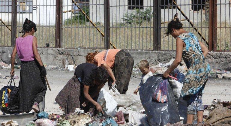 Niños y adultos gitanos trabajando en el vertedero del barrio de Nadezhda, en Bulgaria. Estas familias carecen de oportunidades de empleo, uno de los temas principales del Informe sobre Tendencias del Empleo Mundial de la OIT, 2019.