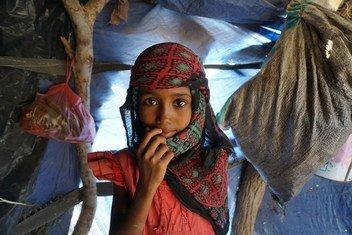 Una niña en el campamento de Al Rebat donde viven unas 60 familias desplazadas que huyeron de los combates en Taiz y Hodeida, en Yemen.