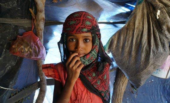 طفلة في مخيم للنازحين تقيم به عشرات الأسر التي فرت من الصراع في تعز والحديدة في اليمن. (نوفمبر 2018)