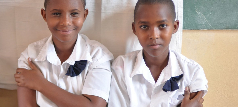 Duas meninas sentam-se juntas, após receberem a vacina contra o HPV, em uma escola primária em Masaka, no Ruanda