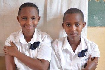 Deux filles assises ensemble après avoir été vaccinées contre le VPH dans leur école primaire à Masaka, au Rwanda. Elles rejoignent une population croissante de Rwandaises qui peuvent espérer un avenir sans cancer du col utérin.