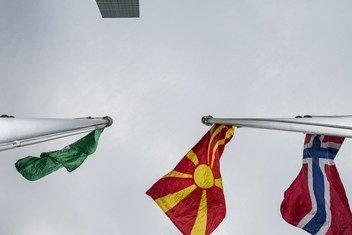 北马其顿共和国国旗首次在纽约联合国总部升起。 按英文字母顺序排列,北马其顿共和国国旗在尼日利亚国旗(左)和挪威(右)之间。