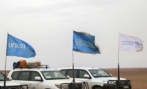 El convoy humanitario de las Naciones Unidas aproximándose al campamento temporal localizado en el sudeste de Siria y fronterizo con Jordania.