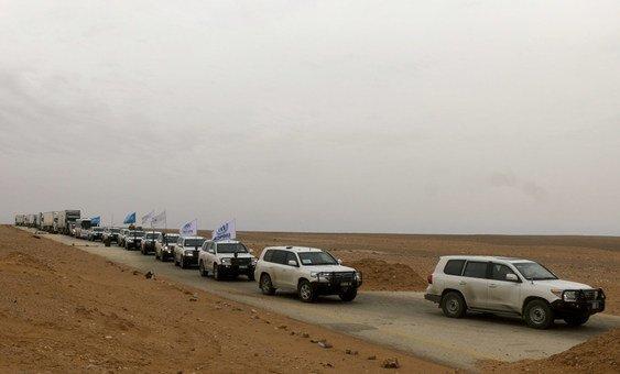 وصول قافلة مساعدات إنسانية قادمة من دمشق، في 6 فبراير 2019، إلى منطقة بالقرب من مخيم الركبان حيث أقامت الأمم المتحدة ومنظمة الهلال الأحمر العربي السوري مخيمهما المؤقت.