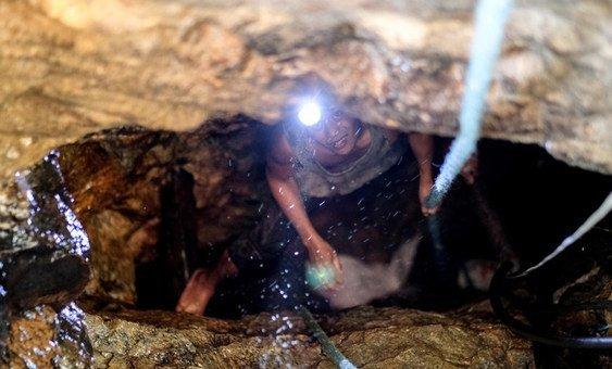 Un trabajador en Camarines Norte, en Filipinas, asciende desde una mina de oro.