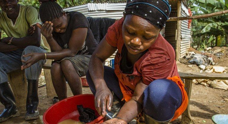 На этом кустарном предприятии по добыче золота в Кении песок смешивают с водой с содержанием ртути, чтобы вымыть из него золото