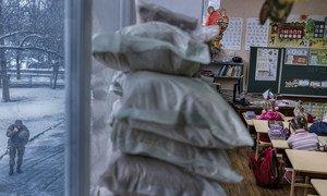 Окна в школе в Мариинке Донецкой области заложены мешками с песком - для защиты от обстрела. Фото из архива
