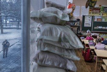 Первоклассники в Мариинке Донецкой области защищаются от обстрелов мешками с песком.