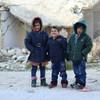 Несмотря на перемирие, мирное население в Сирии продолжает подвергаться многочисленным угрозам.  На фото сирийские дети в зимней одежде, предоставленной ЮНИСЕФ.